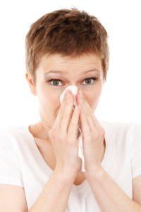 Heuschnupfen ist schon beinahe als Klassiker unter den Allergien zu bezeichnen. Betroffene kämpfen vor allem mit einer verstopften Nase und tränenden Augen.