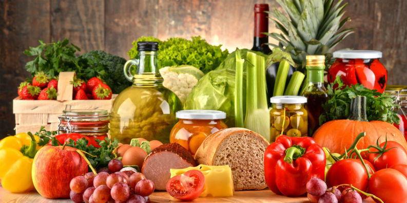 Nahrungsmittel: Obst, Gemüse, Brot, Wurst, Käse