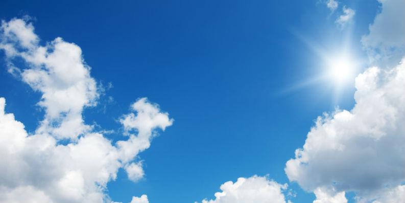 Leicht bewölkter, sonniger Himmel