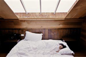 Allergiker leiden oft an Schlafmangel, weil die Nachtruhe durch Jucken, Augentränen und Naselaufen nicht ganz so erholsam ist.
