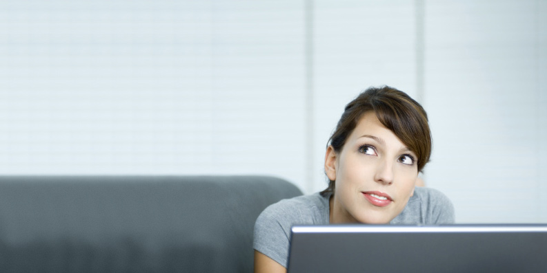 Frau an Laptop